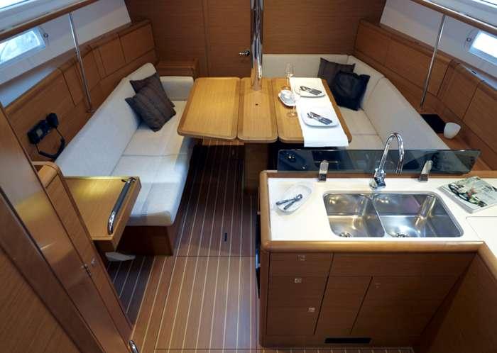 Sun odyssey 379 jeanneau for Decoracion barcos interiores